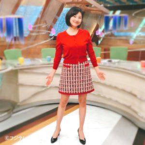 赤トップスにツイードスカートの菊川怜