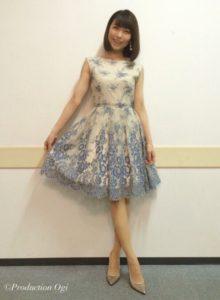 白に青い花柄ワンピの新妻聖子