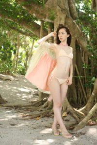 フェミニンな水着の秋山莉奈