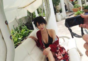 黒水着に赤羽織りの神室舞衣