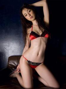 黒ピンクの水着の秋山莉奈