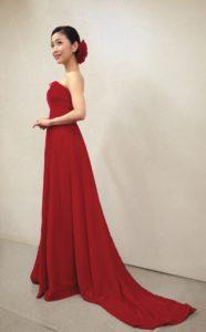 きれいな赤ドレスの新妻聖子