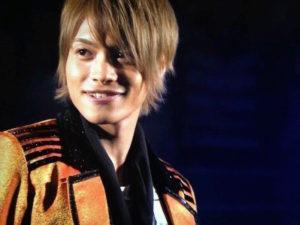 オレンジと黒のジャケットの中間淳太