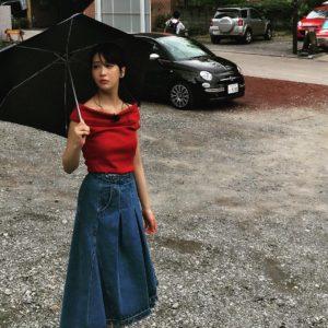 ロングデニムスカートの神室舞衣