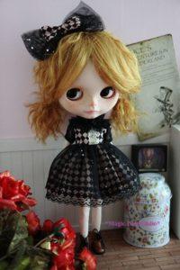 黒リボンのブライス人形