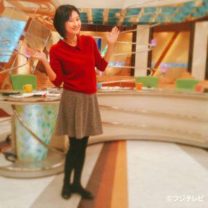 赤シャツに茶色スカートの菊川怜
