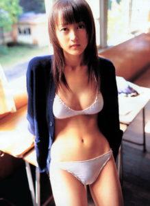 キュート白ビキニの小松彩夏