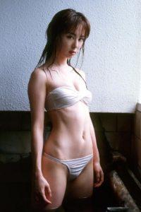 バンドゥブラ水着の秋山莉奈