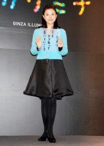 水色と黒のファッションの菊川怜
