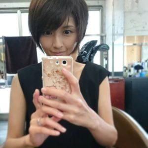 鏡で自撮りする吉井怜