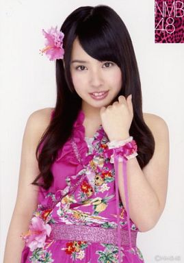 NMB48時代の山田菜々さん。ショッキングピンクの衣装がまぶしいですね。