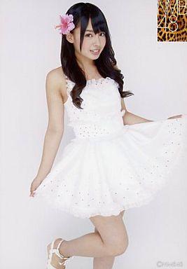 NMB48時代の山田菜々さん。ホワイトのワンピースと黒髪ロングヘアのコントラストが素敵ですね。