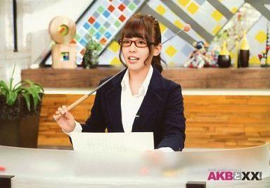 NMB48時代の山田菜々さん。レッドのセルフレームのメガネが知的ですね。