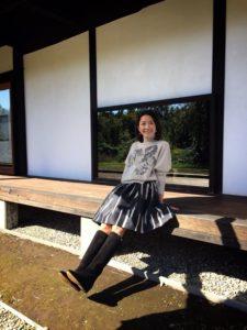 ストライプスカートの羽田美智子