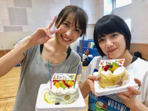 ケーキを持つ山崎真実