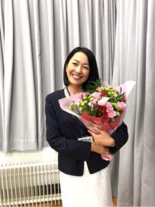 花束を抱える羽田美智子