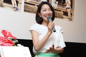 白トップスに緑スカートの羽田美智子