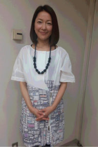 モザイク柄スカートの羽田美智子