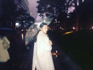 傘をさす工藤綾乃