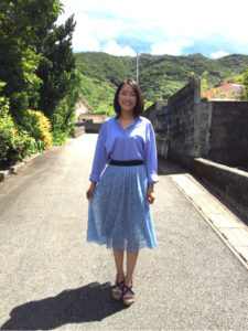 きれいなブルー服の羽田美智子