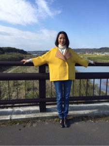 黄色コートの羽田美智子