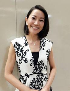 白と黒の上品ワンピの羽田美智子