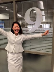 白スーツの羽田美智子