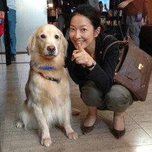 犬と写真を撮る羽田美智子